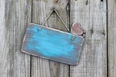 Пустой несенный знак с смертной казнью через повешение сердца на старой выдержанной загородке Стоковые Изображения RF