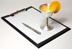 Пустой документ с серебряной чашкой Стоковое Изображение RF