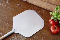 Пустой лопаткоулавливатель пиццы в классической пиццерии Стоковое Изображение RF