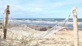 Пустой отбрасывая гамак в песчаном пляже видеоматериал