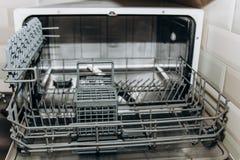 Пустой открытый крупный план судомойки конец-вверх отсека столового прибора бытовые приборы в макросе кухни стоковая фотография rf