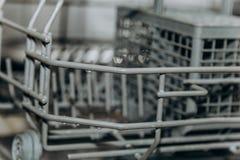 Пустой открытый крупный план судомойки конец-вверх отсека столового прибора бытовые приборы в макросе кухни стоковые фотографии rf