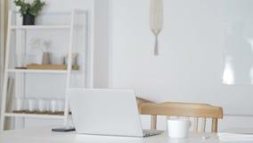 Пустой офис с компьтер-книжкой на таблице