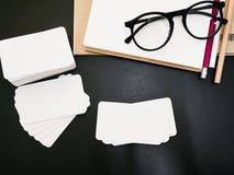 Пустой пакет визитной карточки фирменного стиля на таблице работника Стоковые Фото