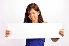 пустой плакат удерживания девушки вверх Стоковые Изображения