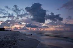 Пустой пляж на заходе солнца Стоковое Изображение RF