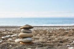 Пустой пляж со стогом утесов стоковые изображения rf