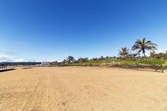 Пустой пляж с следами автошины против голубого неба стоковые фотографии rf