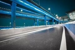 Пустой пол дороги с мостом виадука города ночи неоновых свет стоковое изображение rf