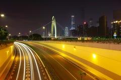 Пустой пол дороги на следе света автомобиля сцены ночи Стоковое Изображение RF