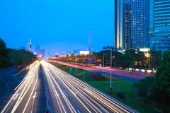 Пустой пол дорожного покрытия с современной архитектурой ориентир ориентира города стоковое фото