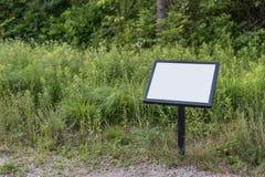 Пустой подпишите внутри парк во время лета Стоковые Изображения RF