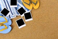 Пустой поляроид печатает предпосылку пляжа Стоковые Фотографии RF