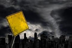 Пустой предупредительный знак погоды против силуэта города с курортом экземпляра стоковое фото rf