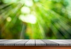 Пустой природный источник деревянного стола и зеленого цвета запачкает backgroun bokeh стоковое фото rf
