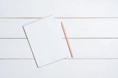 Пустой пустой блокнот с карандашем на таблице Стоковое Изображение RF