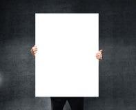 пустой плакат удерживания бизнесмена Стоковые Фотографии RF