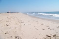Пустой пляж Атлантического океана на красивый день Стоковое Изображение