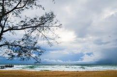 Пустой пляж с старой деревянной пристанью на ветреном вечере, Koh Rong Saleom, Камбоджей стоковое изображение rf