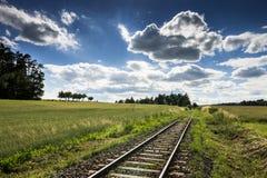 Пустой рельсовый путь с голубым небом стоковое изображение