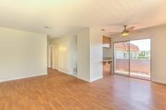 Пустой семейный номер с чистыми деревянными полами и дверью сползая стекла Стоковые Изображения