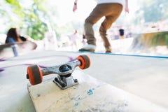 Пустой скейтборд на пандусе стоковое фото rf