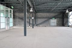 Пустой склад под конструкцией с естественным светом стоковые изображения