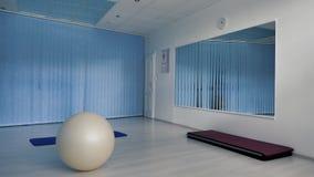 Пустой спортзал фитнеса с пригонк-шариком