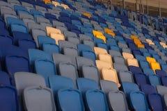 пустой стадион перед спичкой с строками мест a Стоковое Фото