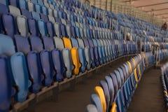 пустой стадион перед спичкой с строками мест a Стоковые Фото