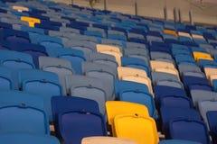 пустой стадион перед спичкой с строками мест a Стоковое Изображение RF
