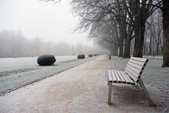 Пустой стенд в покрытом парке изморози зимний день Стоковые Фотографии RF