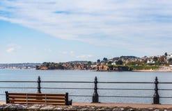 Пустой стенд на заливе океана, взгляд городка взморья, красное clif Стоковое Фото