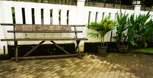 Пустой стенд сделанный от древесины на фото Lawang Sewu принятом в Semarang Индонезию Стоковые Изображения RF