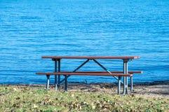 Пустой стол для пикника озером стоковое изображение