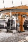 Пустой стоп фуникулера с горой Стоковая Фотография
