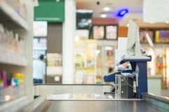 Пустой стол наличных денег с конвейерной лентой и компьютерным терминалом в supe Стоковые Фотографии RF