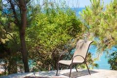 Пустой стул около моря, сиротливые остатки когда вы одни стоковые изображения rf