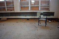 Пустой стул сидит в классе стоковое изображение rf