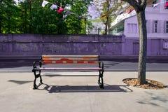 Пустой Суд, деревянная скамья, время весны для Турции, яркий день стоковая фотография rf