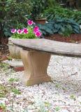 Пустой Суд конкретной и в горшке петуньи ожидает посетителя к этому открытому саду стоковые фото
