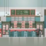 Пустой счетчик кафа бара или кофейни внутренний с бутылками спирта и стекел на полках Стоковые Изображения RF