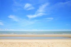 Пустой тропический пляж моря с некоторым облаком Стоковое Изображение