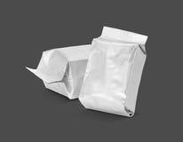 Пустой упаковывая мешок фольги на серой предпосылке Стоковое фото RF