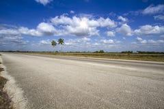 Пустой хайвей на острове Кубы стоковые фото