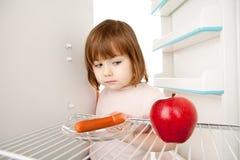 пустой холодильник девушки Стоковые Изображения