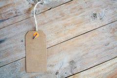Пустой ценник на деревянной предпосылке Стоковое фото RF