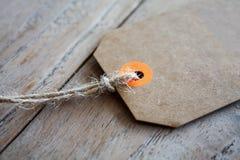 Пустой ценник на деревянной предпосылке Стоковые Фотографии RF