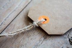 Пустой ценник на деревянной предпосылке Стоковое Изображение