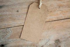 Пустой ценник на деревянной предпосылке Стоковая Фотография